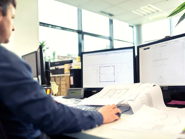 ingénieur devant un écran dans un bureau d'étude